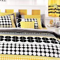 Яркий текстиль на кровати молодых супругов
