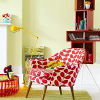Красно-белое кресло на деревянных ножках