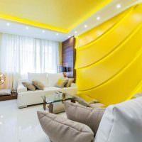 Точечные светильники на желтом потолке