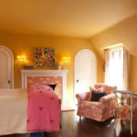 Розовое одеяло на кровати девочки подростка