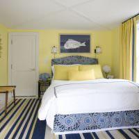 Полосатый ковер на полу спальни
