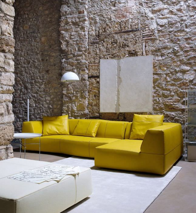 Горчичный диван в интерьере гостиной индустриального стиля