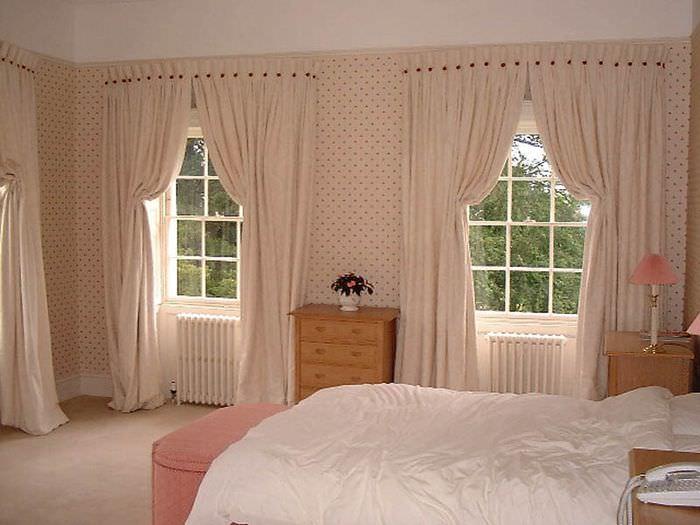 Итальянские шторы в интерьере женской спальни