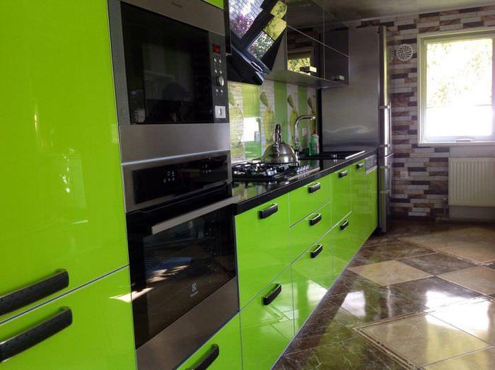 Глянцевая поверхность керамического пола на кухне панельного дома