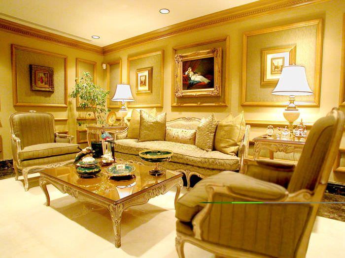Дизайн гостиной в классическом стиле с преобладанием желтых оттенков
