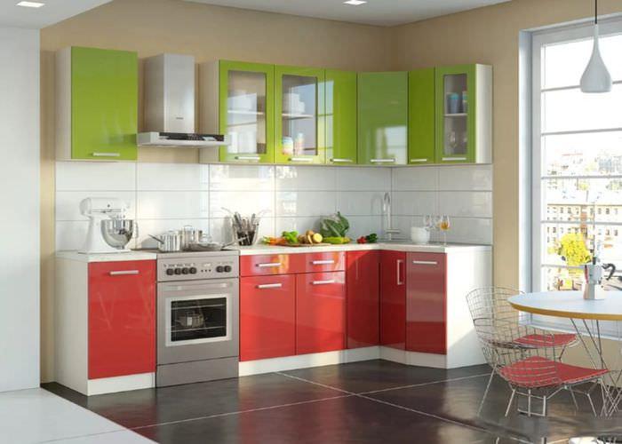 Красно-зеленый кухонный гарнитур в светлой комнате