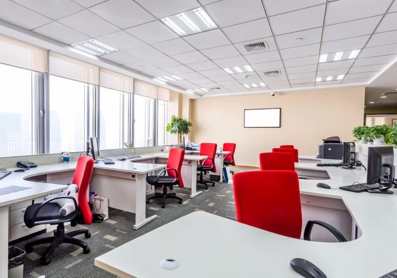 Просторное офисное помещение с красными стульями