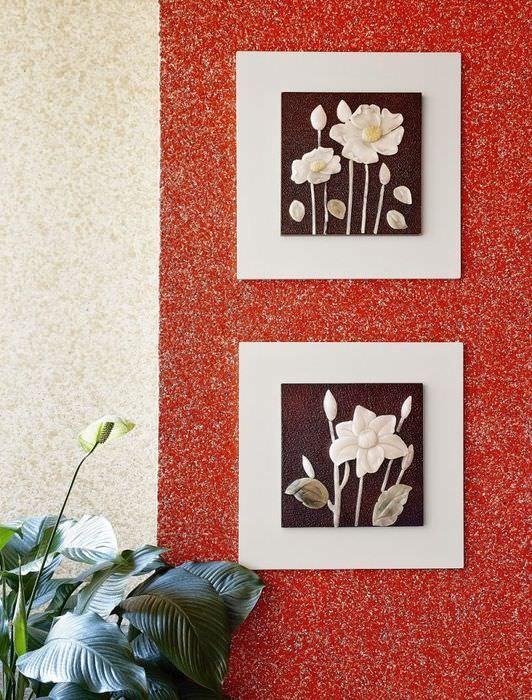 Красные жидкие обои на стене в жилой комнате