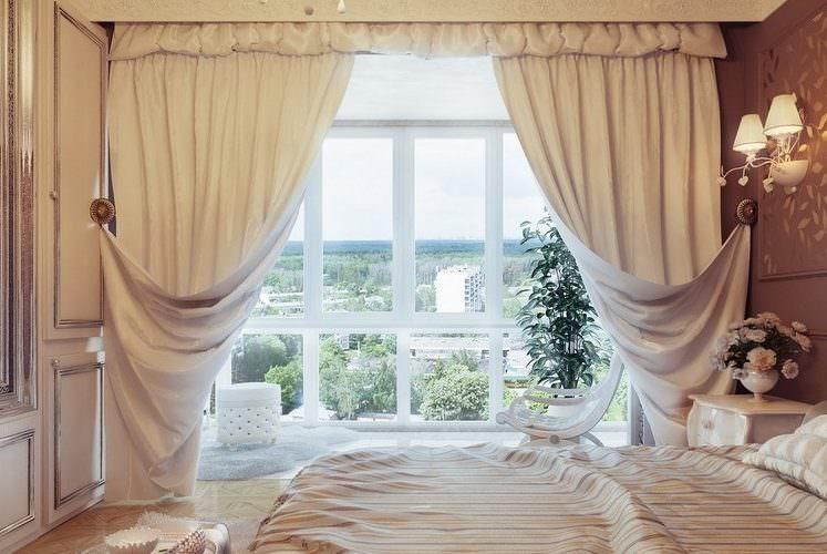 Светлые итальянские шторы на панорамном окне