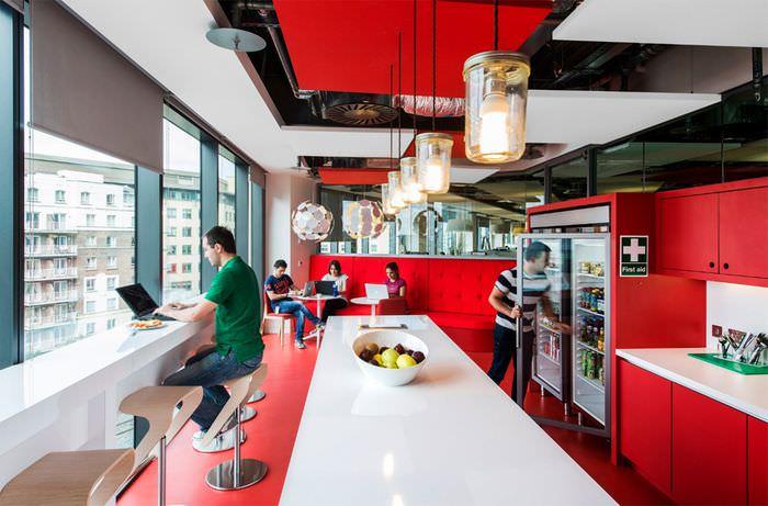 Красный цвет в интерьере офисной кухни