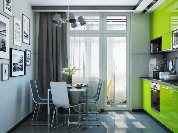 Серые шторы на кухне с зеленым гарнитуром