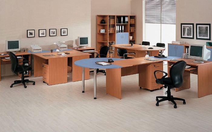 Рабочие столы офисного персонала