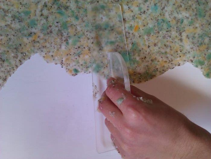 Разглаживание жидких обоев прозрачной теркой