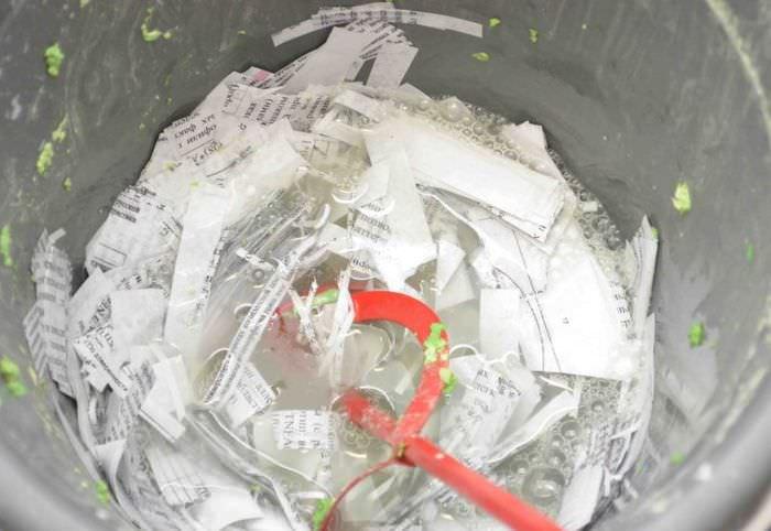 Замачивание бумажных полосок в воде