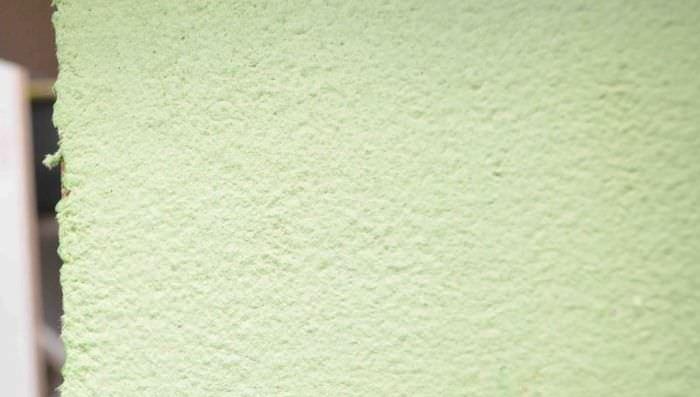 Фото стены с самодельными жидкими обоями