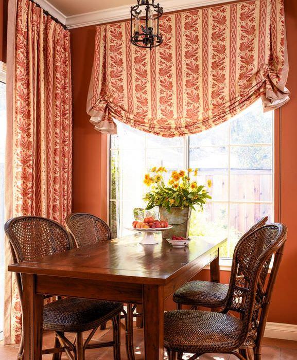 Сочетание английских штор с простыми в интерьере кухни