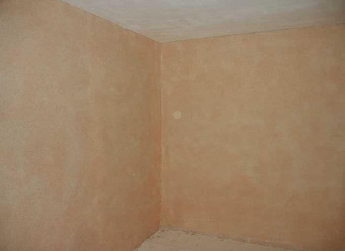Стены в комнате после нанесения жидких обоев
