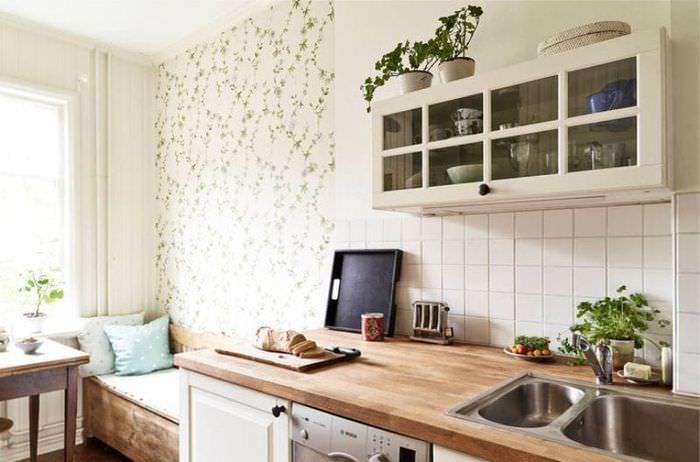 Дизайн небольшой кухни с вкраплениями зеленого цвета