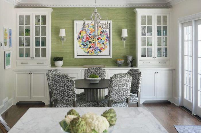 Интерьер классической гостиной с зелеными обоями