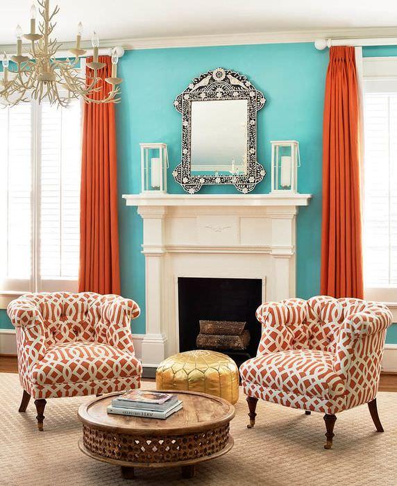 Терракотовые шторы в интерьере гостиной частного дома