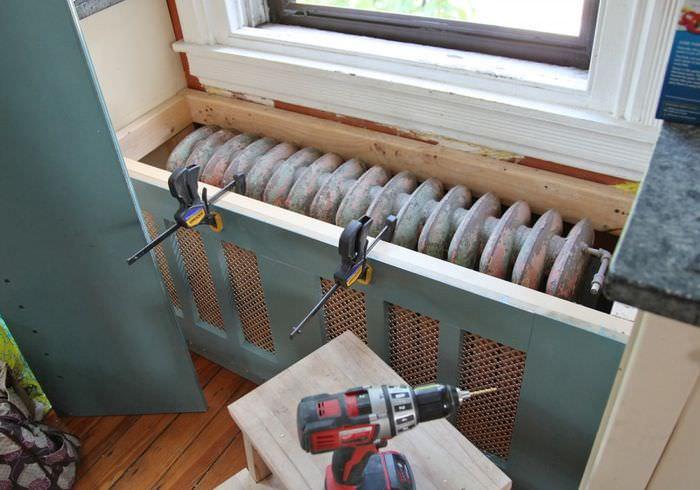 Закрепление декоративной панели батареи отопления
