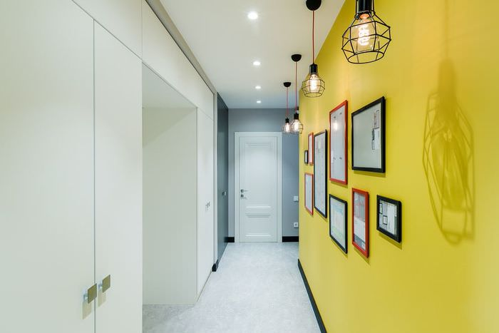 Узкая прихожая со стеной желтого цвета
