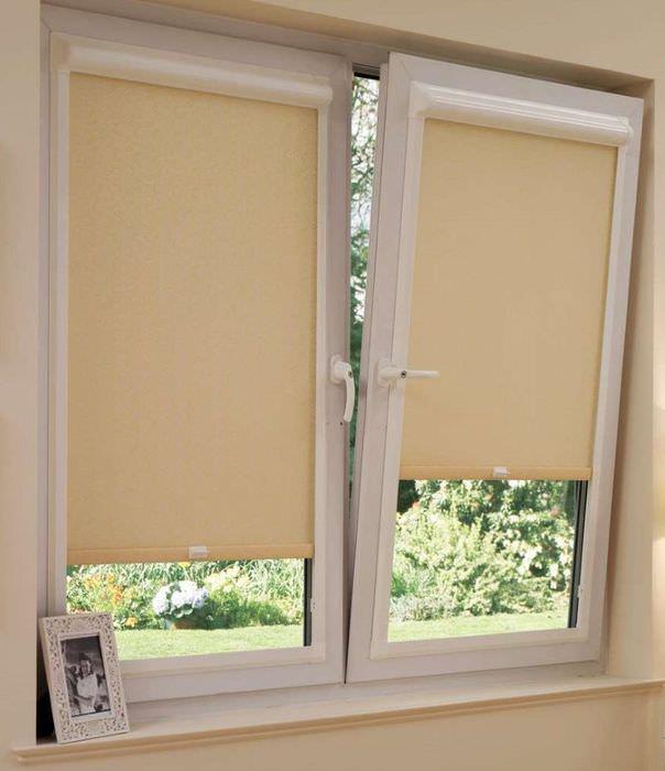 Узкие рулонные жалюзи на окне хрущевки