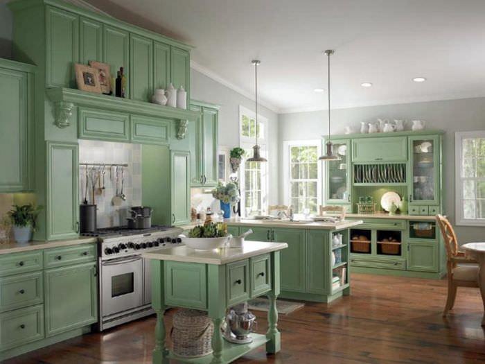 Интерьер кухни в зеленом цвете классического стиля