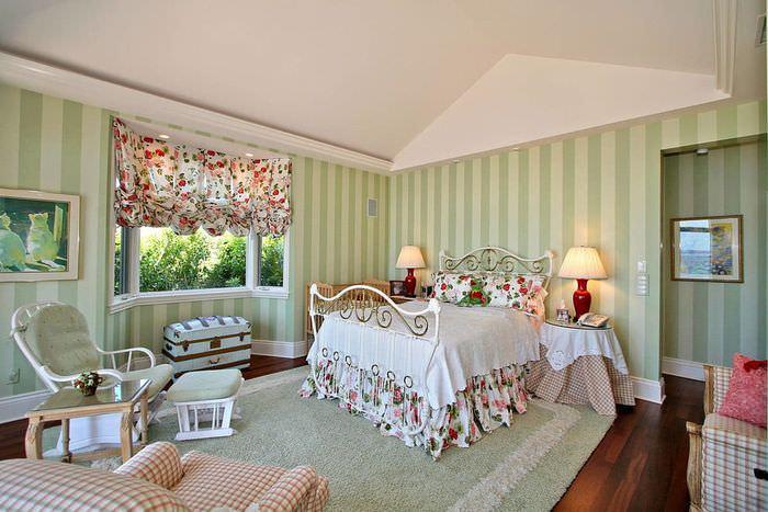 Спальня с зелеными обоями в вертикальную полоску