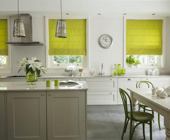 Светло-зеленые шторы в интерьере кухни загородного дома