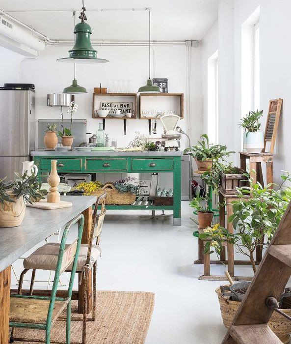 Зеленый стол в деревенской кухне