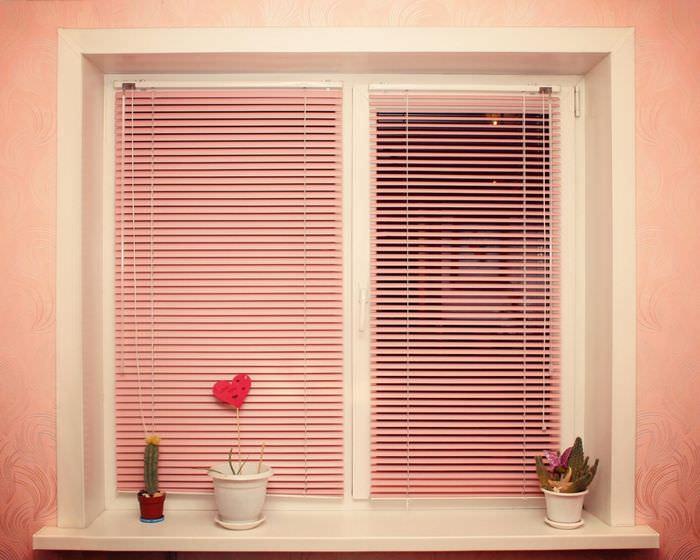 Окно в квартире с горизонтальными жалюзи