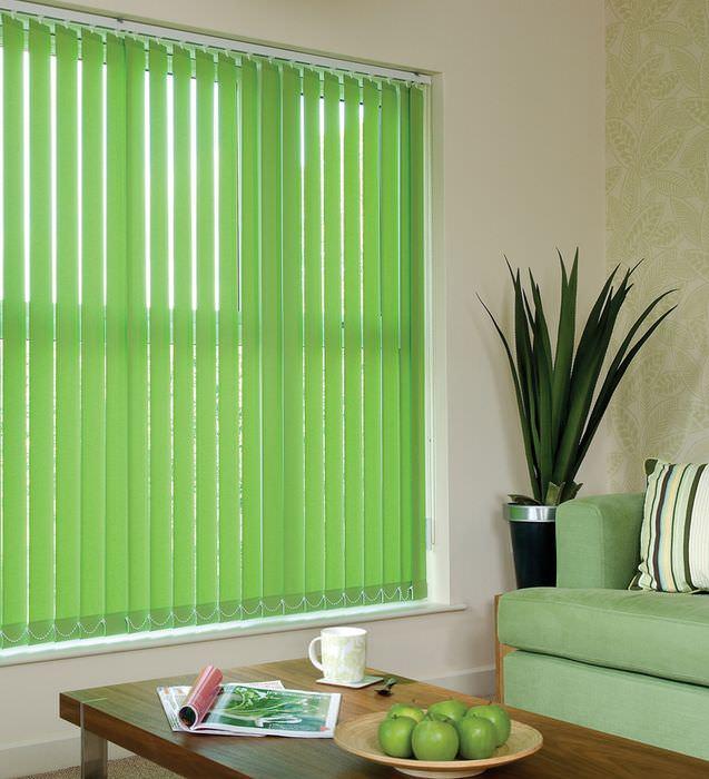 Светло-зеленые жалюзи в проеме окна