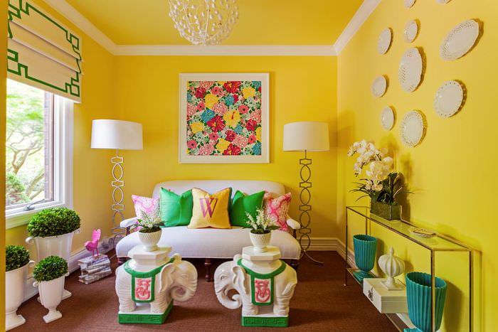 Желтый интерьер гостиной частного дома
