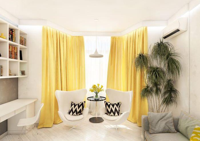 Светлая комната с желтыми шторами