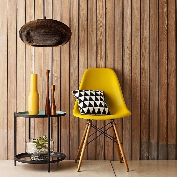 Желтый стул и деревянная облицовка стены