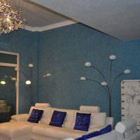 Оформление стен и потолка гостиной жидкими обоями