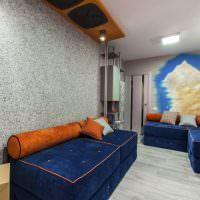 Диваны с синей обивкой в гостиной городской квартиры