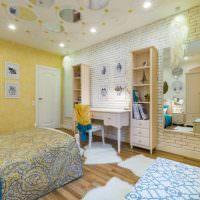 Белая стена из кирпича в дизайне спальной комнаты