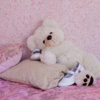 Плюшевый мишка на декоративных подушках