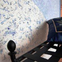 Пестрая поверхность стены после отделки жидкими обоями