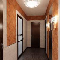 Интерьер узкого коридора с темным полом
