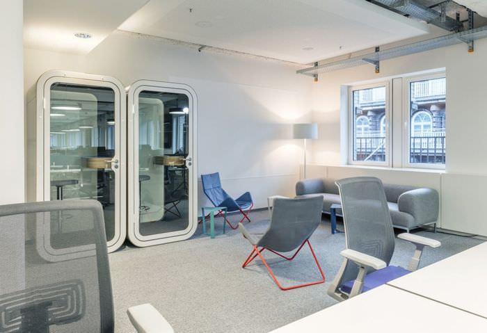Интерьер зоны отдыха в современном офисе