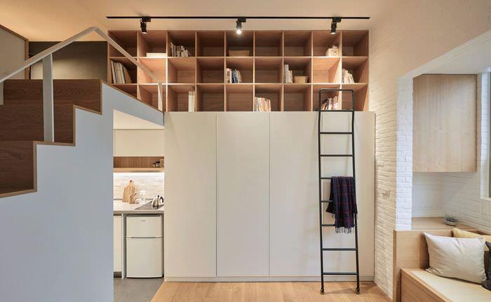 Открытый стеллаж на антресоли в общей комнате