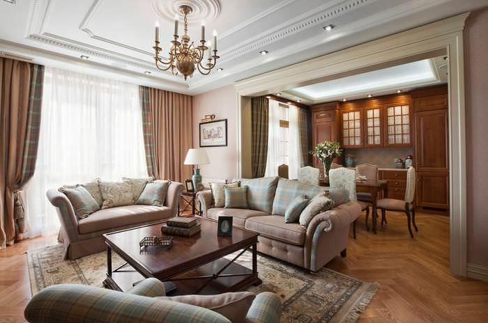 Интерьер большого зала с коричневыми шторами