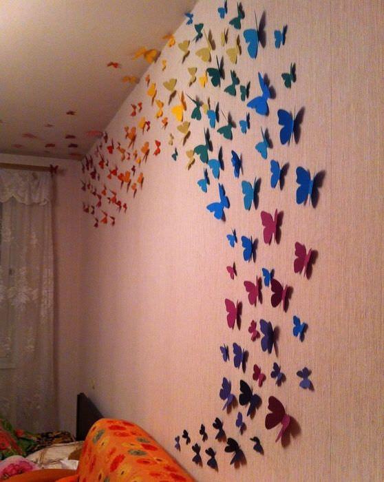 Бумажные бабочки на стене гостиной