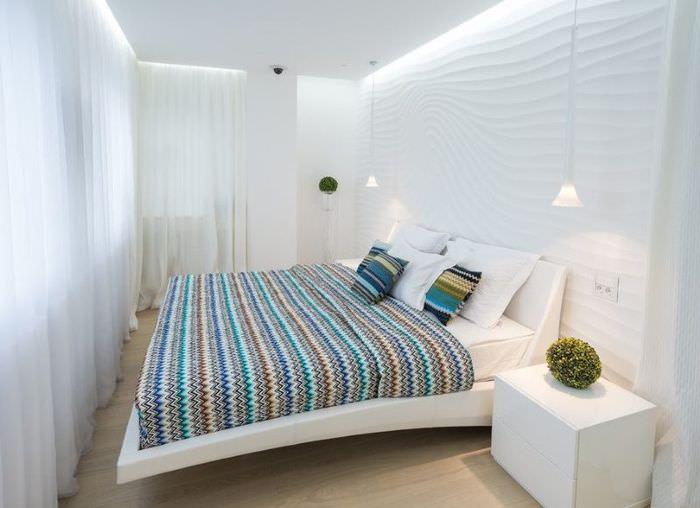 Интерьер узкой спальни в белом цвете