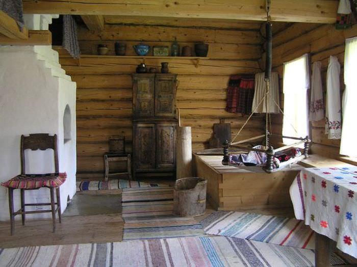 Беленная печка в бревенчатой избе старорусского стиля