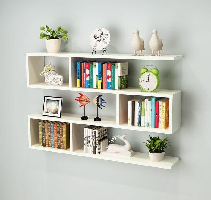 Белые открытые полки с книгами и сувенирами