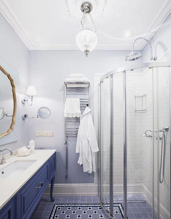 Угловая душевая кабина в совмещенной ванной комнате